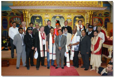 Acharya Swamishree gives darshan with the honoured guests