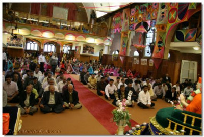 The congregation performs meditation during the commemoration assembly held for Shree Muktajeevan Swamipaba Purnatithi
