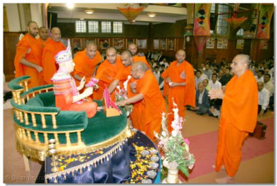 Sants perform poojan to Swamibapa during the commemoration assembly