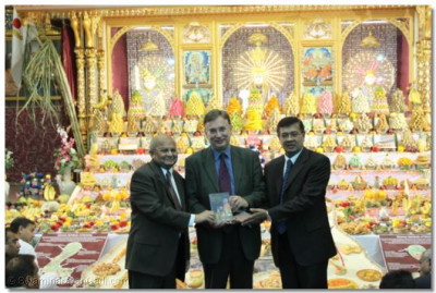 Mr Andrew Dismore MP and the temple trustees inaugurate the DVD of Acharya Swamishree's inaugurate the English translation of Rahasyarth Pradeepika Tika sah Vachanamrut at the House of Commons