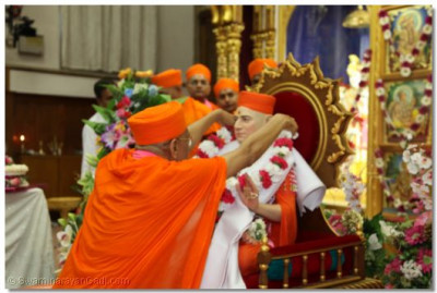Acharya Swamishree places a garland on Jeevanpran Swamibapa