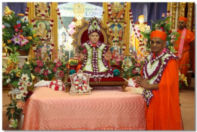Divine darshan of Jeevanpran Shree Muktajeevan Swamibapa and Acharya Swamishree