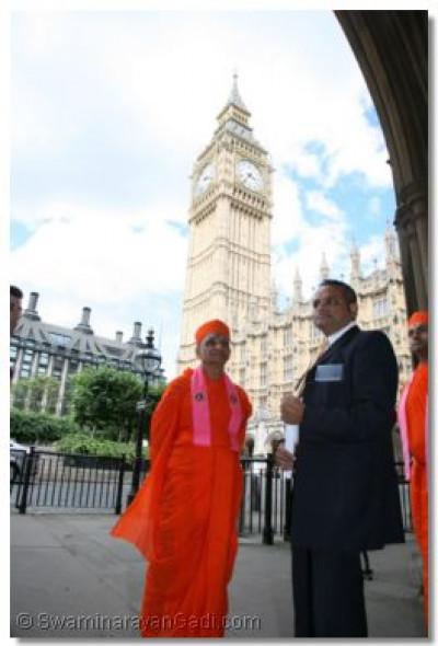 Acharya Swamishree at the entrance of House of Commons