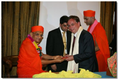 Acharya Swamishree presents prasad to Andrew Dismore MP, Hendon South
