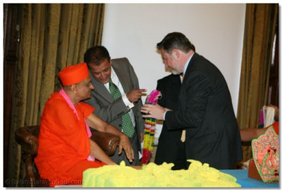 Acharya Swamishree is garlanded by Barry Gardiner MP, Brent North