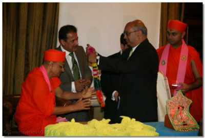 Acharya Swamishree is garlanded by Keith Vaz MP, Chairman of the Home Affairs Select Committee