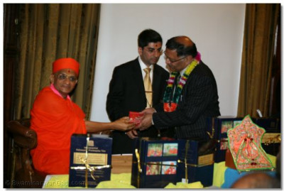 Mr Navin Shah, Labour Brent Greater London Assembly receives prasad from Acharya Swamishree