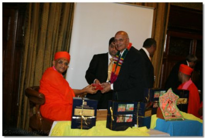 Lord King of West Bromwich receives prasad from Acharya Swamishree