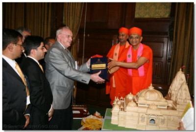 Acharya Swamishree presents a copy of the English version of Rahasyarth Pradeepika Tika sah Vachanamrut to Professor Raymond  B Williams, the author of the A Human Face of Hinduism who came from the USA for the event