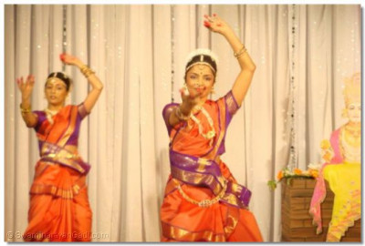 Dancers from the Shree Muktajeevan Dance Academy performing a bharatnatyam dance