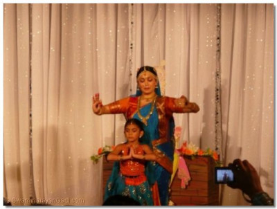 Classical dance performance to the kirtan 'Shree Ghanshyam Biraaje'