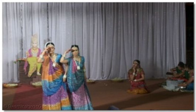 Performers dancing to the kirtan 'Aaj Sakhi Mune Sapnu Ladhyu'