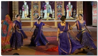 Performers dance to the kirtan 'Murti Tamari'
