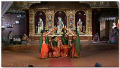 Dancers performing to the kirtan 'Joya Joya Shree Hari'