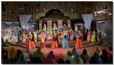 The participants of the musical come back on stage to the kirtan 'Swagatam'. They were greeted by huge applause from the audience