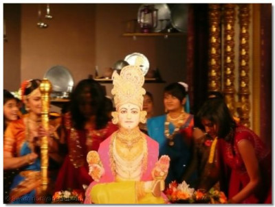 The beautiful murti of Lord Shree Swaminarayan takes centre stage