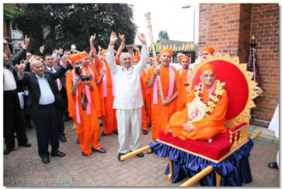 Sants and disciples say a 'Jay' in celebrations of Acharya Swamishree's arrival