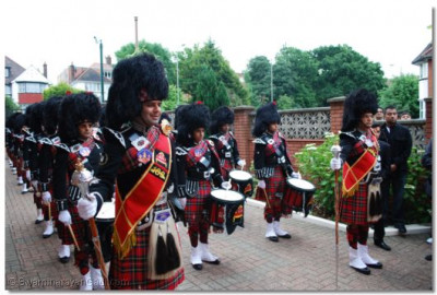 Shree Muktajeevan Pipe Band prepare to salute Acharya Swamishree