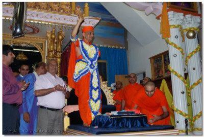 Acharya Swamishree gives His divine darshan to eveyone gathered for the occasion