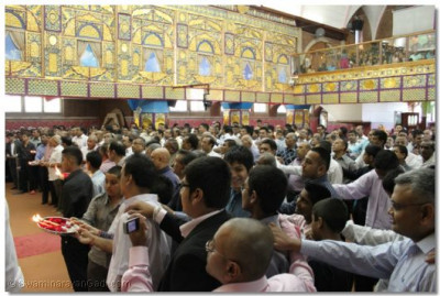 The male congregation performs aarti to Lord Swaminarayanbapa Swamibapa