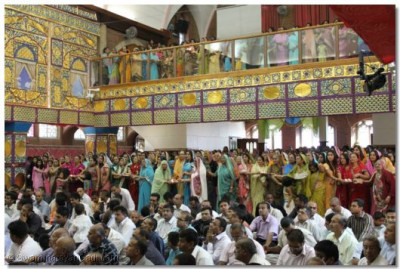The female congregation performs aarti to Lord Swaminarayanbapa Swamibapa