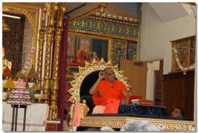 Acharya Swamishree gives His divine ashirwad to the congregation