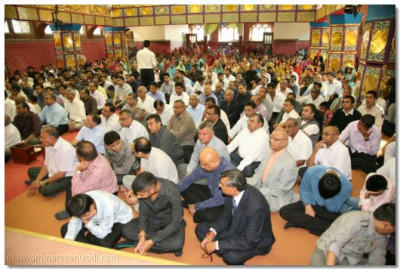 The congregation listens to Acharya Swamishree's ashirwad
