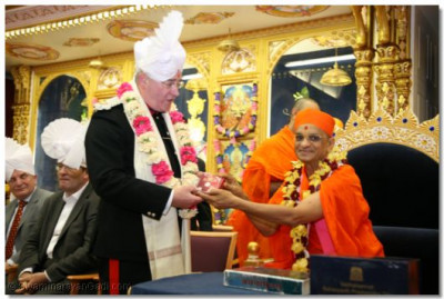 Acharya Swamishree presents a memento to Deputy Lieutenant Martin Russell, the Queen's Lord Lieutenant and Representative for North London