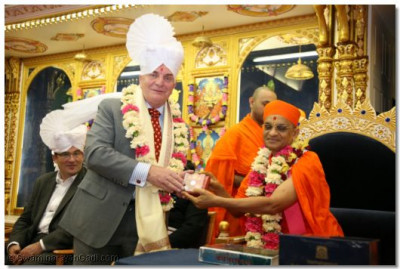 Rt Hon Steven Pound (MP for Ealing North) is presented with a memento by Acharya Swamishree