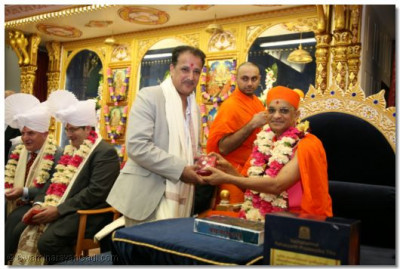 Mr Abhay Lakhani is presented with a memento by Acharya Swamishree