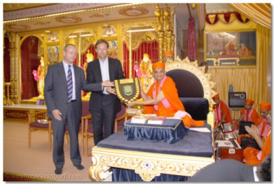 Acharya Swamishree is presented with a special shield by the MPs to mark the inauguration of English version of 'Vachanamrut Rahasyarth Pradeepika Tika' at the Houses of Parliament in London last year