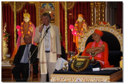 Ed 'Stewpot' Stewart addresses the congregation and thanks Acharya Swamishree for the charitable efforts of the Temple
