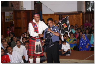 Member of the audience tries to play a bagpipe