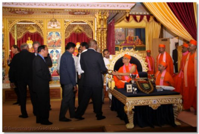 Acharya Swamishree gives prasad to all the guests