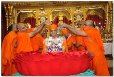 Acharya Swamishree is showered with diamonds and crystals by His beloved sants
