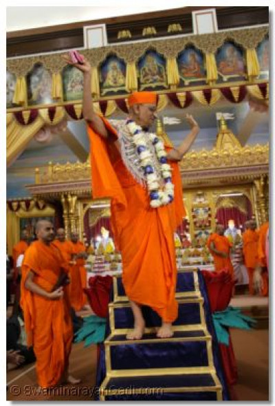 Acharya Swamishree gives His divine blessings to all
