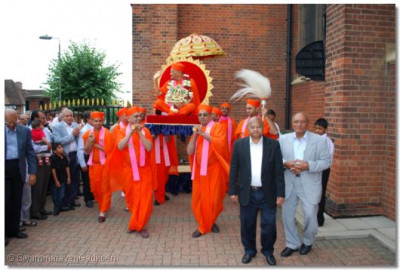 Sants carry Acharya Swamishree into temple