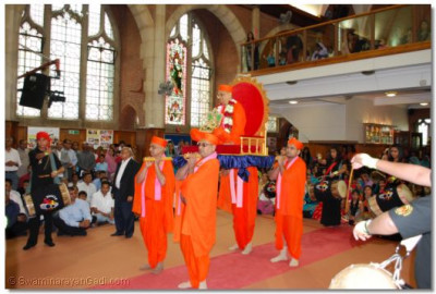 Acharya Swamishree gives His divine darshan
