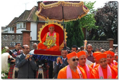 Acharya Swamishree led into Shree Swaminarayan Temple