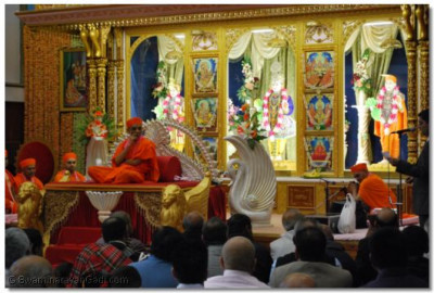 Divine Darshan of Acharya Swamishree in sabha