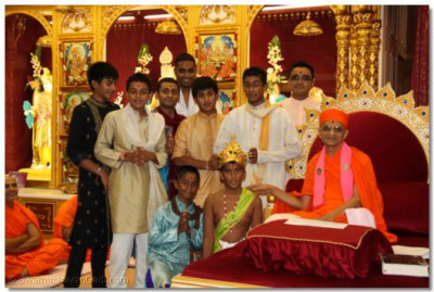 His Divine Holiness Acharya Swamishree gives darshan with disciples who performed earlier