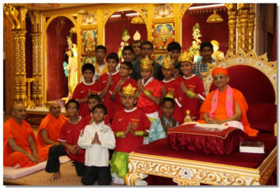 His Divine Holiness Acharya Swamishree gives darshan with young disciples who are members of Shree Muktajeevan Sports Academy