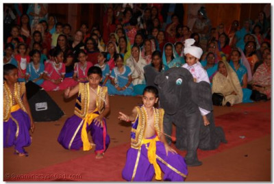 Very young disciples dressed as various costumes perform a dance to please Lord Shree Swaminarayanbapa Swamibapa
