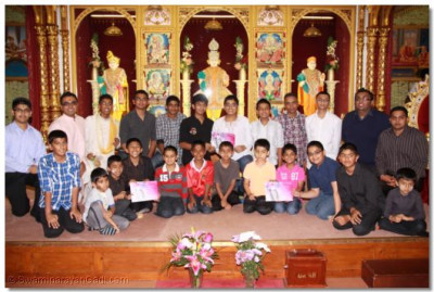 His Divine Holiness Acharya Swamishree presented many educational awards to disciples on this occasion for achievements in both Swamibapa Gujarati Classes and general educational achievements