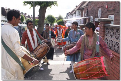 Dhol players leading Acharya Swamishree to the Mandir