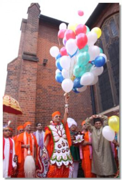 Acharya Swamishree releases balloons to mark the start of the event