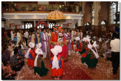 Disciples performing a dance around Acharya Swamishree