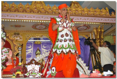 Divine darshan of Acharya Swamishree during the live kirtan bhakti