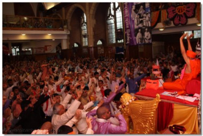 Disciples performing Jay whilst Acharya Swamishree gives Ashirwad