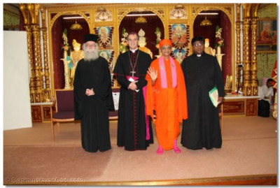Revd Deacon Meliton, Emissary of The Archbishop of the Diocese of Westminster Bishop Arnold, Acharya Swamishree and Revd. Khan greet the assembly